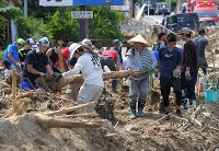 Many volunteers search for Shotaro Ueki, 18, on July 11, 2018, as he remains missing after a landslide struck his home in Aki Ward of the city of Hiroshima. (Mainichi)