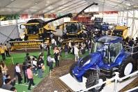 最新鋭トラクターなど巨大な農業機械が並ぶ国際農業機械展=北海道帯広市で2018年7月12日午前11時28分、鈴木斉撮影