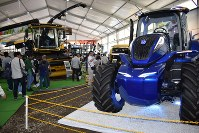 国際農業機械展で来場者がハイテクな農業機械に見入った=北海道帯広市で2018年7月12日午前11時38分、鈴木斉撮影