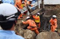 早朝から再開された安否不明者の捜索=広島市安芸区矢野東で2018年7月12日午前6時51分、大西岳彦撮影