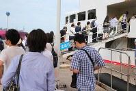 広島市内への道路や鉄道が寸断し、フェリー桟橋で長蛇の列を作る人たち。普段は通勤時間帯でも数人が利用するだけという=広島県呉市で2018年7月12日午前8時23分、三村政司撮影