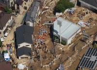 捜索が続けられる土砂崩れの現場=広島市安芸区で2018年7月12日午前10時3分、本社ヘリから加古信志撮影