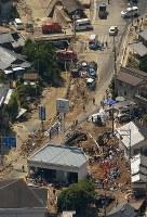 捜索が続けられる土砂崩れの現場=広島市安芸区で2018年7月12日午前10時7分、本社ヘリから加古信志撮影