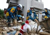 手作業で土砂などの撤去作業を続ける警察官ら=広島県熊野町で2018年7月12日午後4時54分、小川昌宏撮影