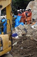 安否不明者が見つかり、手を合わせる消防隊員ら=広島県熊野町で2018年7月12日午後3時27分、小川昌宏撮影