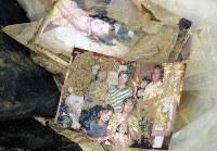 土砂の中から見つかった家族写真=広島県熊野町で2018年7月12日午後4時10分、小川昌宏撮影