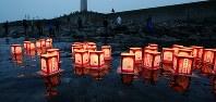 北海道南西沖地震から25年。遺族らの手で海に流された灯ろう=北海道奥尻町で2018年7月12日午後7時29分、貝塚太一撮影