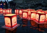 北海道南西沖地震から25年。遺族らの手で海に流された灯籠=北海道奥尻町で2018年7月12日午後7時28分、貝塚太一撮影