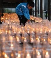 追悼のろうそくに火を灯す児童=北海道奥尻町で2018年7月12日午後6時28分、貝塚太一撮影