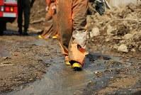 安否不明者を捜す消防隊員の足は泥にまみれ、ズボンは破れていた=広島県熊野町で2018年7月12日午後4時14分、小川昌宏撮影