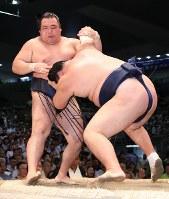 【大相撲名古屋場所4日目】鶴竜(左)を押し出しで破る勢=ドルフィンズアリーナで2018年7月11日、兵藤公治撮影