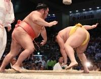 【大相撲名古屋場所4日目】遠藤(右)を送り出しで破った千代大龍=ドルフィンズアリーナで2018年7月11日、兵藤公治撮影
