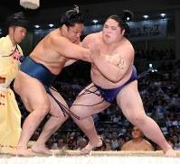 【大相撲名古屋場所4日目】石浦(左)を寄り切りで破った貴源治=ドルフィンズアリーナで2018年7月11日、兵藤公治撮影