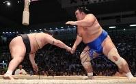 【大相撲名古屋場所4日目】豪栄道(左)をはたき込みで破る琴奨菊=ドルフィンズアリーナで2018年7月11日、兵藤公治撮影
