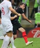 延長後半、クロアチアのマンジュキッチ(右)がゴールを決める=ロシア・モスクワのルジニキ競技場で2018年7月11日、長谷川直亮撮影