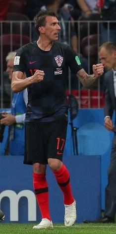 延長後半、クロアチアのマンジュキッチ(右)がゴールを決めて喜ぶ=ロシア・モスクワのルジニキ競技場で2018年7月11日、長谷川直亮撮影