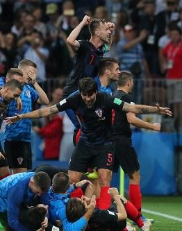 イングランドに勝利して喜ぶクロアチアのラキティッチ(上)ら選手たち=ロシア・モスクワのルジニキ競技場で2018年7月11日、長谷川直亮撮影