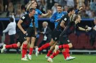 イングランドに勝利して喜ぶクロアチアのモドリッチ(右)、マンジュキッチ(左)ら=ロシア・モスクワのルジニキ競技場で2018年7月11日、長谷川直亮撮影