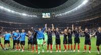 決勝進出を決めサポーターの声援に応えるクロアチアの選手たち=ロシア・モスクワのルジニキ競技場で2018年7月11日、長谷川直亮撮影