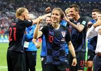 決勝進出を決めサポーターの声援に応えるクロアチアのモドリッチ(中央)=ロシア・モスクワのルジニキ競技場で2018年7月11日、長谷川直亮撮影
