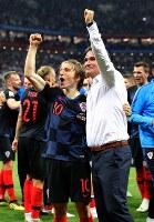 決勝進出を決めサポーターの声援に応えるクロアチアのダリッチ監督(中央右)とモドリッチ(中央左)=ロシア・モスクワのルジニキ競技場で2018年7月11日、長谷川直亮撮影