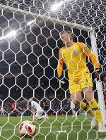 延長後半、クロアチアのマンジュキッチに決勝ゴールを決められたイングランドのGKピックフォード=ロシア・モスクワのルジニキ競技場で2018年7月11日、長谷川直亮撮影
