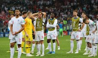 クロアチアに敗れ、ピッチにぼう然と立ち尽くすイングランドの選手たち=ロシア・モスクワのルジニキ競技場で2018年7月11日、長谷川直亮撮影