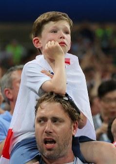 クロアチアに敗れ、悲しそうな表情のイングランドサポーターの男の子=ロシア・モスクワのルジニキ競技場で2018年7月11日、長谷川直亮撮影