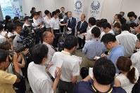2020年東京五輪・パラリンピック調整会議の後で取材に応じる2020年東京五輪・パラリンピック組織委員会の森喜朗会長(中央左)と武藤敏郎事務総長(同右)=東京都港区で2018年7月12日午前9時54分、西本勝撮影