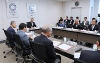 2020年東京五輪・パラリンピック調整会議で発言する東京2020組織委員会の森喜朗会長(左端)。右奥は全国知事会の上田清司会長=東京都港区で2018年7月12日午前8時32分(代表撮影)