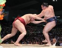 【大相撲名古屋場所5日目】鶴竜(右)を突き出しで破る阿炎ドルフィンズアリーナで2018年7月12日、兵藤公治撮影