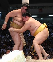 【大相撲名古屋場所5日目】輝(左)を寄り切りで破る遠藤ドルフィンズアリーナで2018年7月12日、兵藤公治撮影