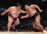 【大相撲名古屋場所5日目】松鳳山(右)を押し出しで降す御嶽海ドルフィンズアリーナで2018年7月12日、兵藤公治撮影