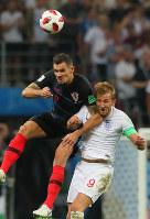 【クロアチア-イングランド】後半、ヘディングで競り合うイングランドのケーン(右)とクロアチアのロブレン=ロシア・モスクワのルジニキ競技場で2018年7月11日、長谷川直亮撮影