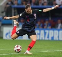 【クロアチア-イングランド】後半、シュートを放つクロアチアのペリシッチ=ロシア・モスクワのルジニキ競技場で2018年7月11日、長谷川直亮撮影