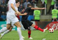 【クロアチア-イングランド】延長後半、クロアチアのマンジュキッチ(右)がゴールを決める=ロシア・モスクワのルジニキ競技場で2018年7月11日、長谷川直亮撮影