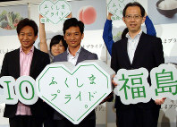 新CMの発表会に出席した(左から)TOKIOの城島茂さん、国分太一さん、福島県の内堀雅雄知事=東京都港区で2018年7月11日、松本信太郎撮影