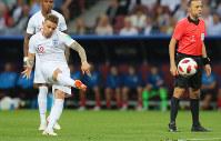 【クロアチア-イングランド】前半、イングランドのトリッピアー(左手前)が先制のFKを決める=ロシア・モスクワのルジニキ競技場で2018年7月11日、長谷川直亮撮影