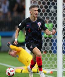 【クロアチア-イングランド】後半、ゴールを決めて喜ぶクロアチアのペリシッチ。奥はイングランドのGKピックフォード=ロシア・モスクワのルジニキ競技場で2018年7月11日、長谷川直亮撮影