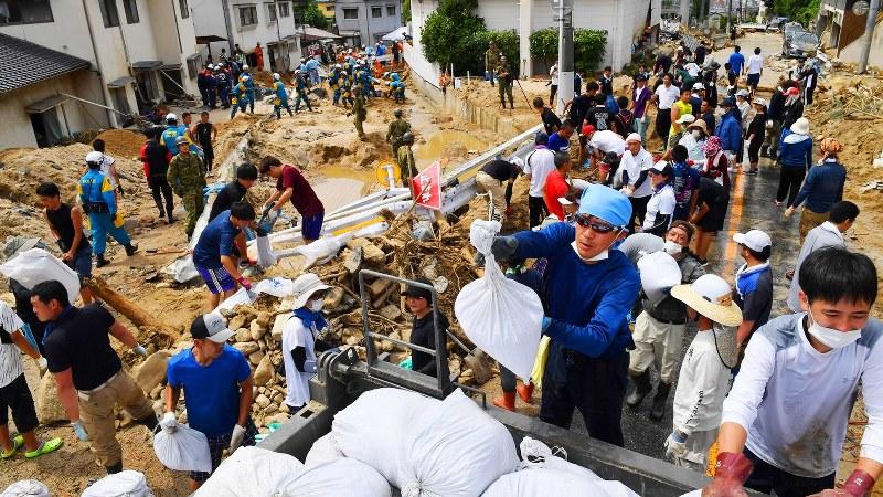 豪雨により大きな被害を受けた広島市安芸区では11日、うだるような暑さの中、ボランティアによる作業と消防隊員らの捜索活動が続いた=広島市安芸区矢野東で2018年7月11日午後2時14分、大西岳彦撮影