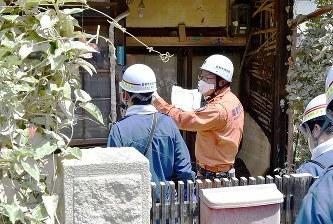 安否確認を進める消防隊員ら=岡山県倉敷市真備町地区で2018年7月10日、平川義之撮影
