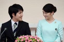 秋篠宮家の長女・眞子さまと小室圭さん=2017年9月3日、代表撮影