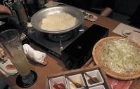 人気商品の「コラーゲンしゃぶしゃぶ」。豚骨などを煮込んで冷やした固形物に熱を加えると「コラーゲンたっぷり」の特製スープになる=東京・銀座の春夏秋豚で