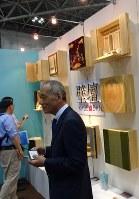 最近は住宅事情に合わせて壁型の仏壇も注目されるようになった=滝野隆浩撮影