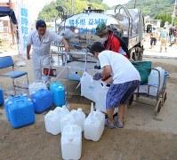 震災被害があった熊本県益城町からの給水車から水の配給を受ける人=広島県呉市天応宮町で2018年7月13日午前9時26分、三村政司撮影