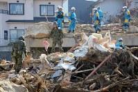 早朝から安否不明者の捜索を続ける自衛隊員ら=広島県熊野町で2018年7月13日午前7時52分、小川昌宏撮影
