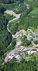 周辺の多くの場所で崖崩れになり孤立状態の立川地区の集落=高知県大豊町で2018年7月13日午前9時3分、本社ヘリから加古信志撮影