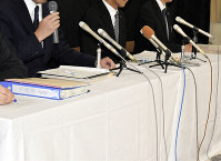 同校で記者会見を開いたものの詳細については「答えられない」と繰り返す校長や県教委幹部ら=新潟県下越地方で2018年7月12日午後5時5分、南茂芽育撮影