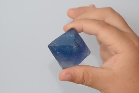 米ニューメキシコ州産の青い蛍石=2018年7月13日、池田知広撮影
