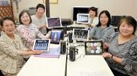 タブレット合奏の練習に励む野口さん(左端)、出倉さん(左から2人目)たち。ピアノやドラムのほか、鉄琴やメトロノームなどアプリの種類は豊富だ=京都市伏見区で